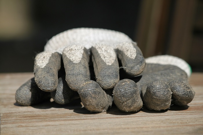Pracovné rukavice sa zídu aj v záhrade
